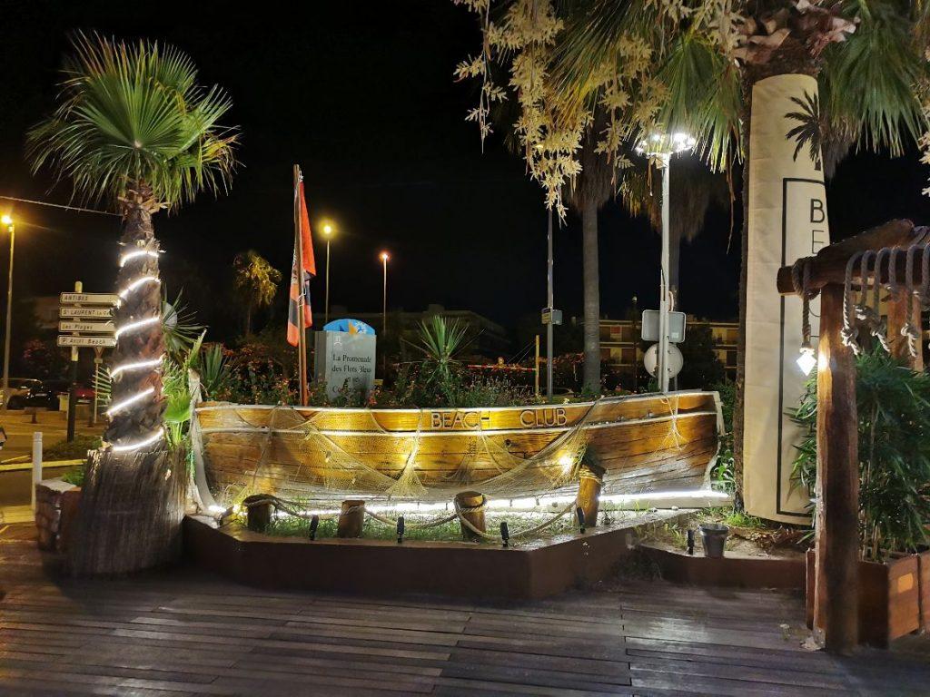 La barque face à l'entrée du Beach Club