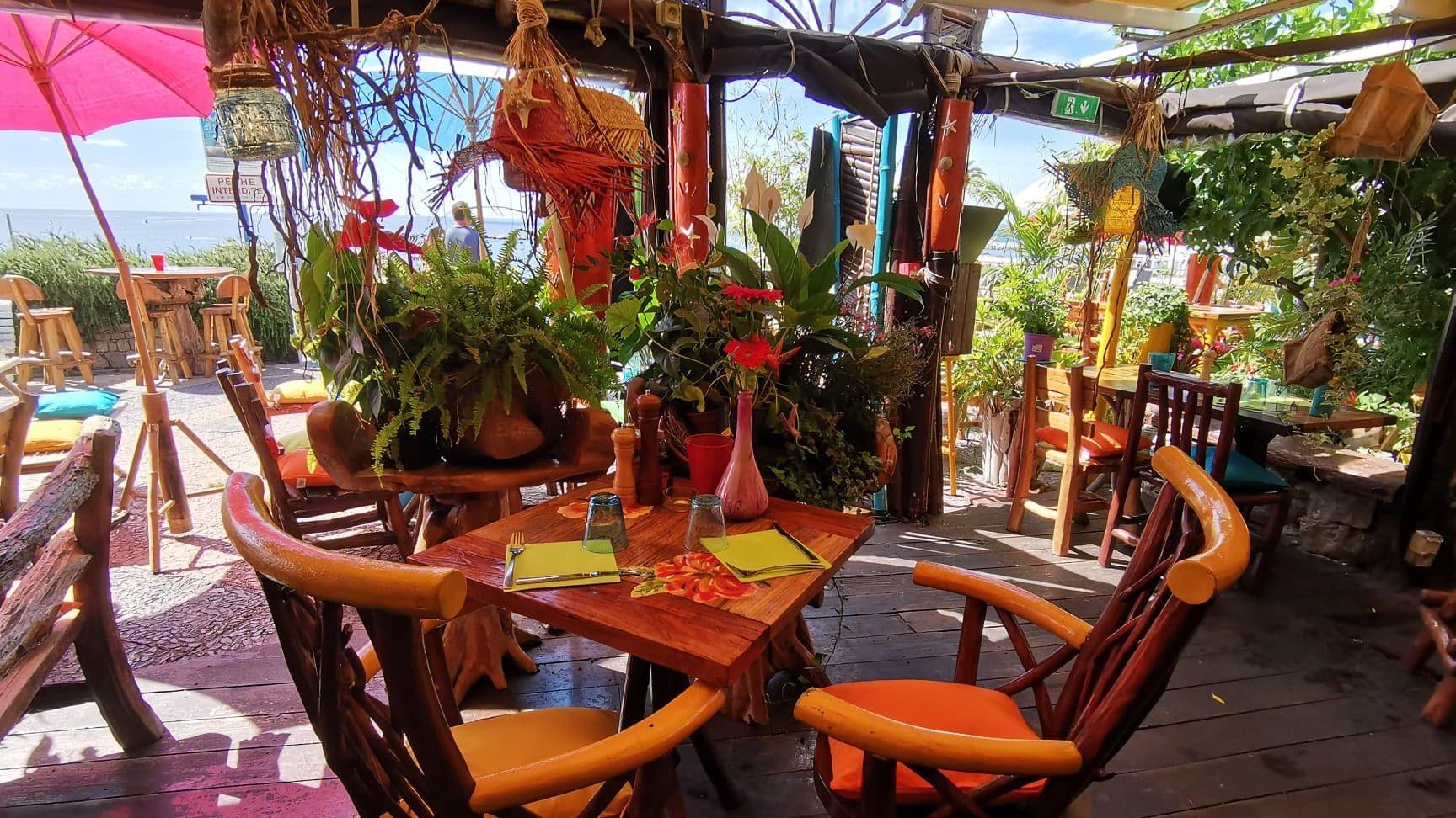 Pour un  moment romantique, table à deux au milieu des plantes et fleurs exotiques ou en terrasse en bord de mer ?  la Cabane à saint Laurent du var
