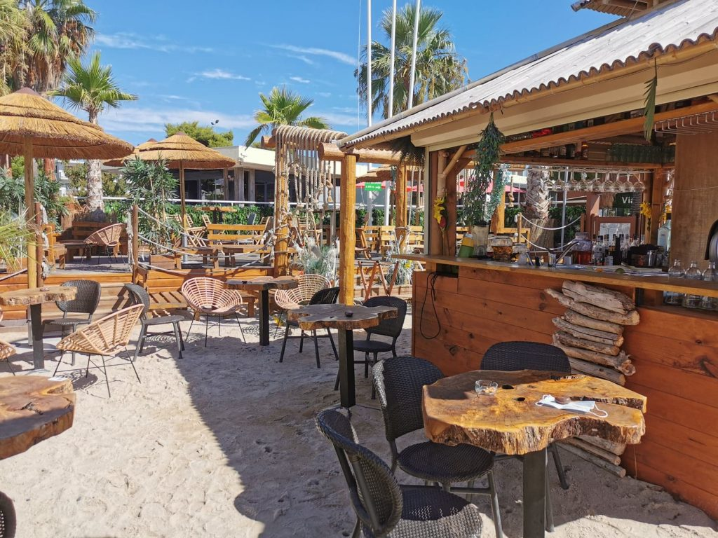 Bar et espace lounge au Beach Club saint Laurent du var