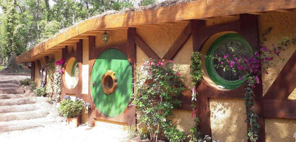 Tanière de Frodon maison de hobbit aux cabanes du varon