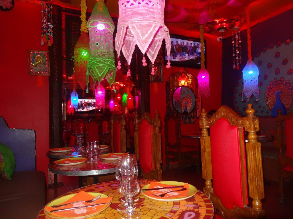 Belle décoration tamisée à L'Indian Lounge dans le vieux Nice