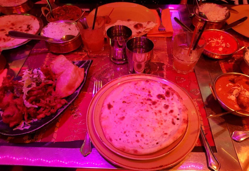 plats de l'Indian Lounge : naan pain indien panaché d'entrées, poulet tikka, riz basmati