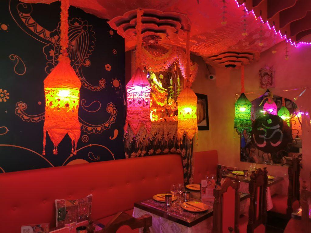 Les lampions, moulures et fresques à l'Indian Lounge à Nice