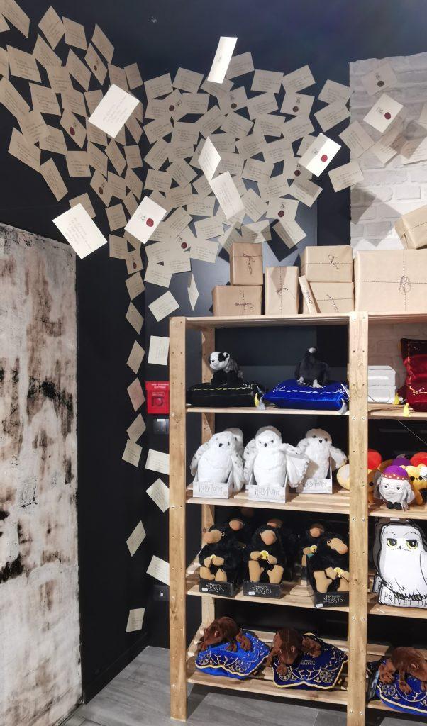 rayon des produits dédiés à l'univers d' harry potter Mystery Store Cap3000