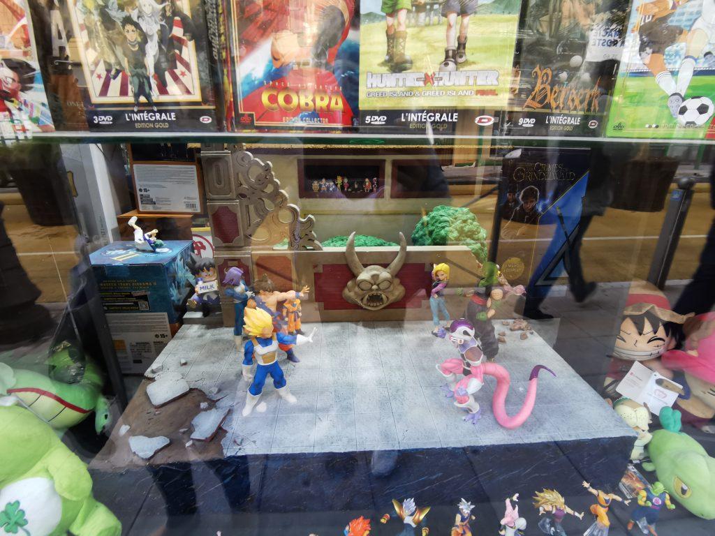 Arène de combat Dragon Ball en vitrine chez Mangarake à Nice