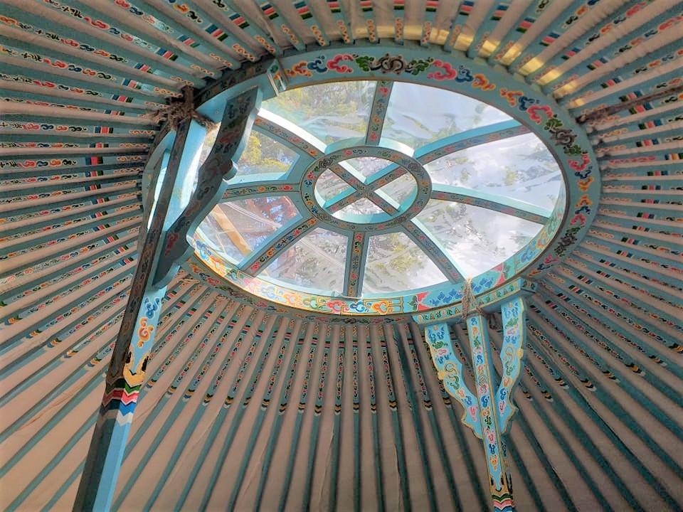 Structure en bois et toit de la yourte bleue Destination Ailleurs à Castellane