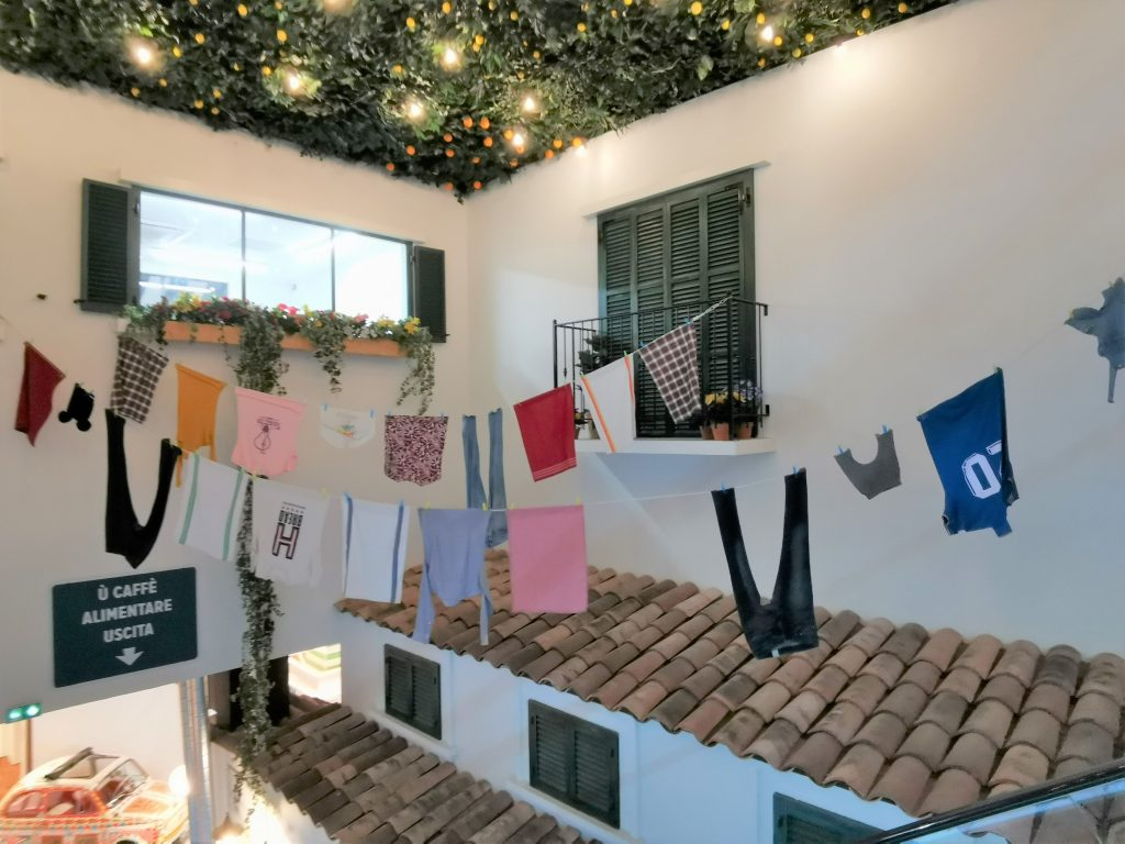 Linge étendu aux balcons comme dans les villages italiens à It Villaggio à Cap3000