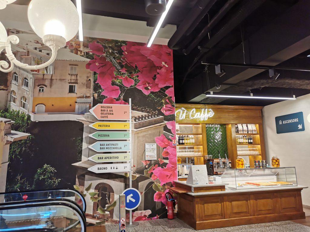 Coin petits déjeuners et escalators pour rejoindre les coins pizza, pasta, antipasti à It Villaggio à Cap3000