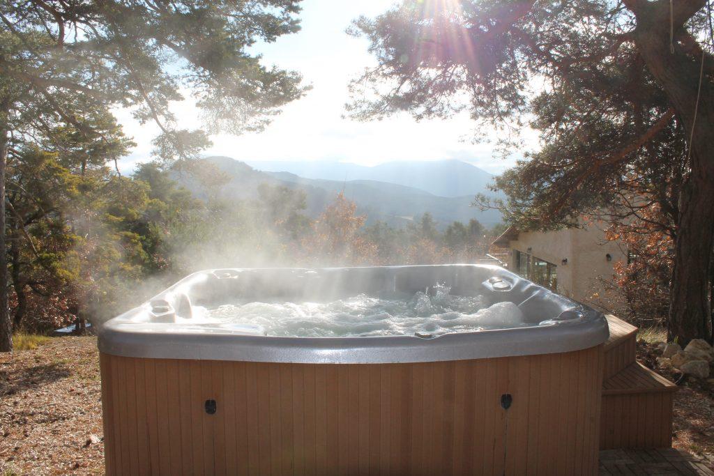 Spa en pleine nature avec vue sur les montagnes à Destination Ailleurs à Castellane