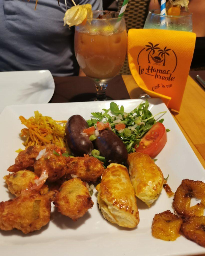 Assiette créole composée de : Accras, boudins antillais, pastels, achards de légumes au Hamac Kréole à Nice