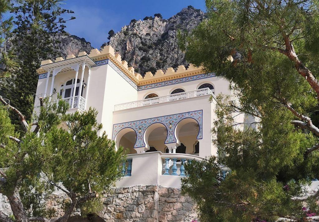 La villa Andalousia à Beaulieu sur mer visible depuis la plage de la petite Afrique pour un voyage das les Alpes Maritimes