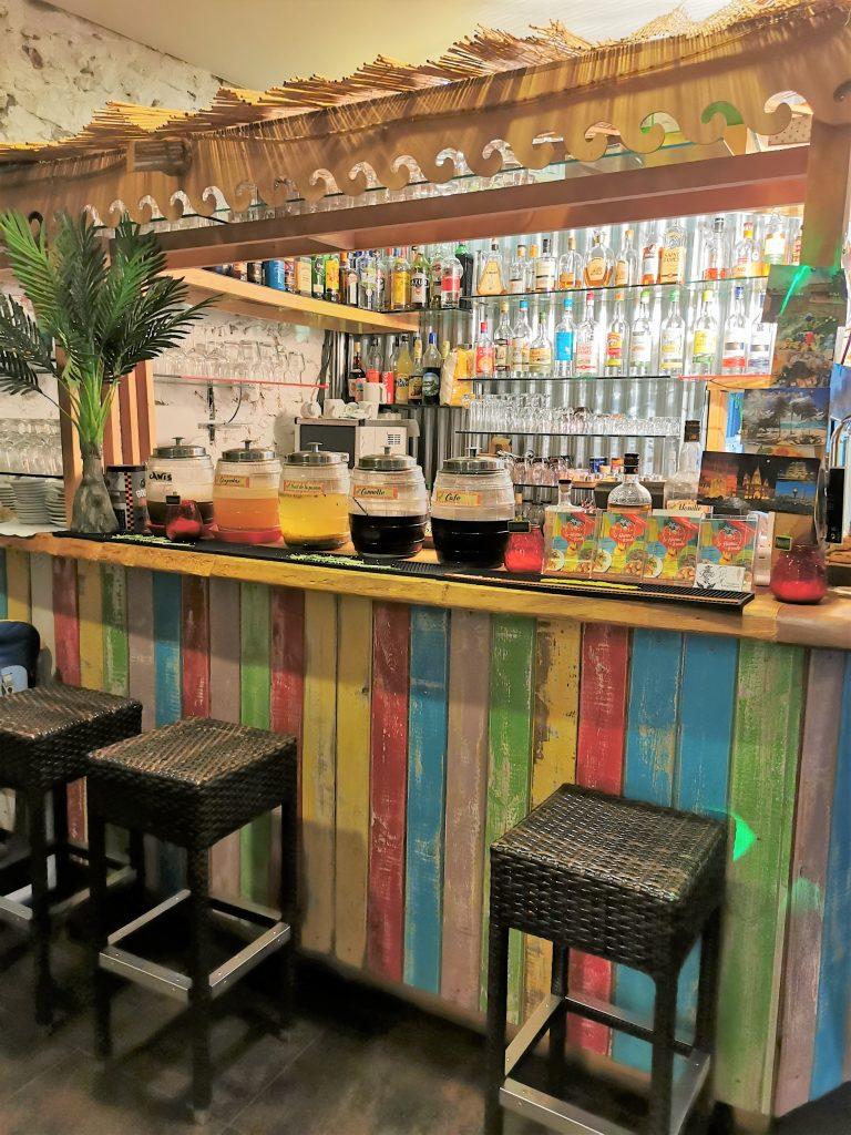 Bar coloré du Hamac Kréole à Nice
