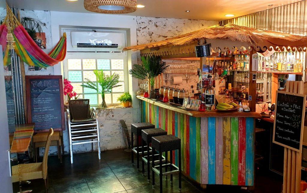 Décoration exotique et bar coloré au Hamac Kréole à Nice